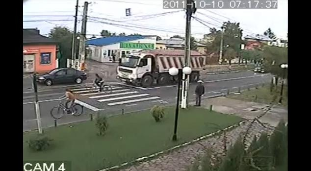 Video: Bicycle Rider Almost Crushed by Truck
