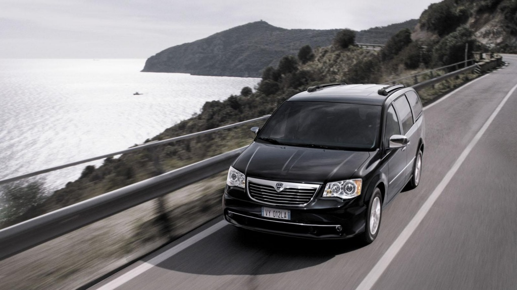 2013 Lancia Voyager comes with new diesel engine in Geneva