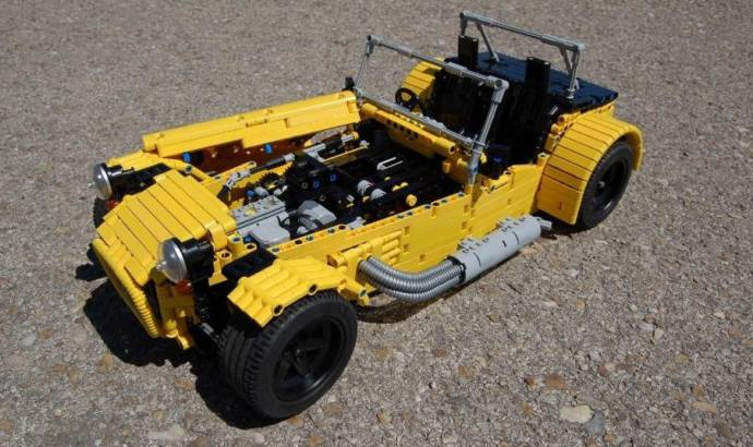 Caterham Seven made from 2.500 Lego parts (+Video)