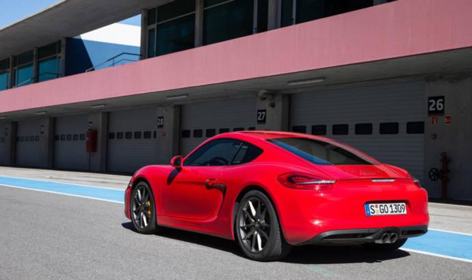 VIDEO: Porsche Cayman S vs Caterham 7 drag race
