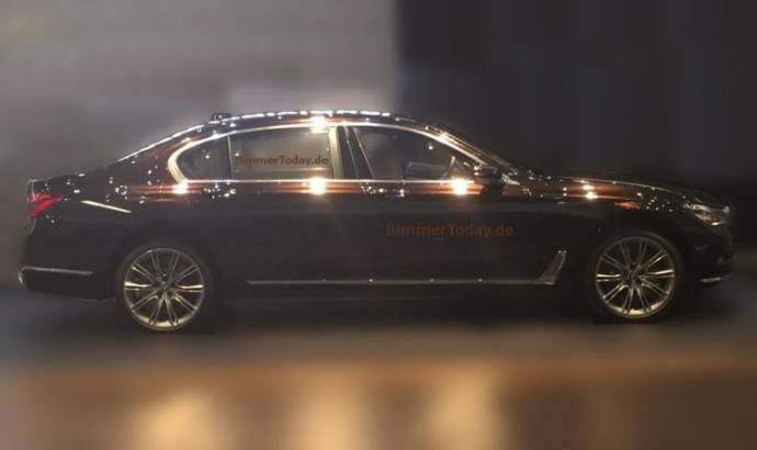 2016 BMW 7-Series side profile - Spy picture