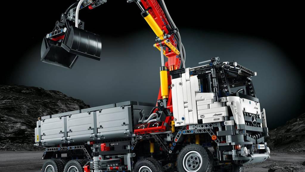 Mercedes-Benz Arocs 3245 by LEGO