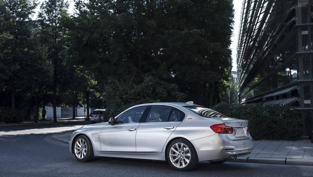 2016 BMW 330e - Official pictures and details