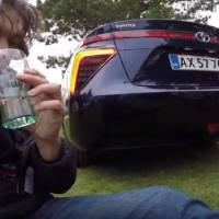 Automotive journalist drinks water from Toyota Mirai exhaust - Video