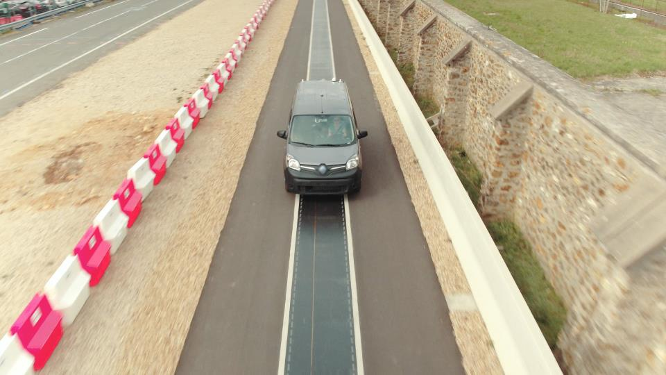 Renault Kangoo ZE demonstrates wireless charging